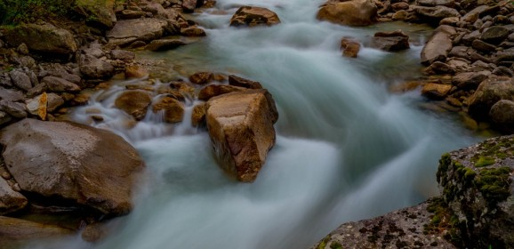 Apa care trece şi pietrele care rămân
