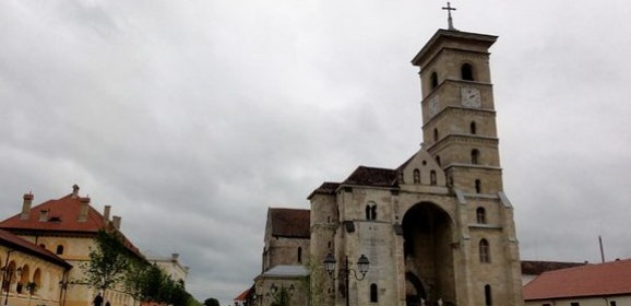 Catedrala Romano-Catolică Sfântul Mihail, din Alba Iulia: prima biserică în stil romanic datată cert, din Transilvania, și cea mai veche catedrală din România